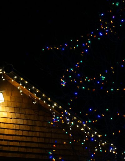 string-lights-hanging-from-house-roof-utah-pro-install